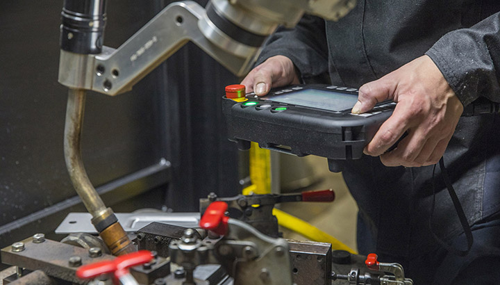 Weld operator with teach pendant and robotic MIG welding gun